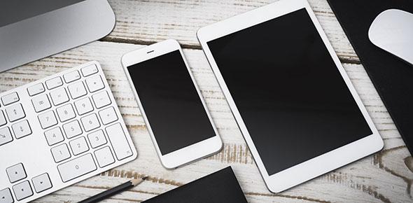 smartphone und tablet auf schreibtisch
